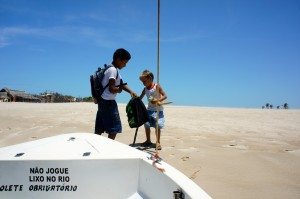 2 enfants habitant dans des villages ayant pris notre petit bateau pour aller à l'école de l'autre côté du fleuve... Ici, le tee-shirt fait office d'uniforme, le même pour les 2!