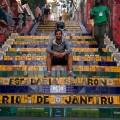 Manu sur les escaliers de Selaron
