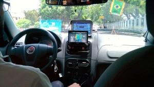 Le taxi suit le match Brésil - Argentine dans sa voiture !!!