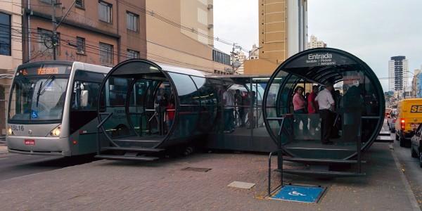 Les arrêts de bus ressemblent à des tubes pour hamsters !