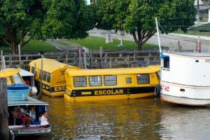 Bateau-bus scolaire sur l'Amazone