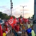 Militants de Dilma Rousseff, musique et chants au feu rouge