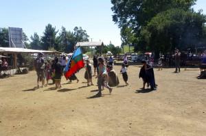 Manu embrigadé dans une danse Mapuche