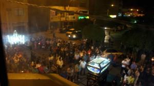 Procession en bas de l'hôtel à minuit