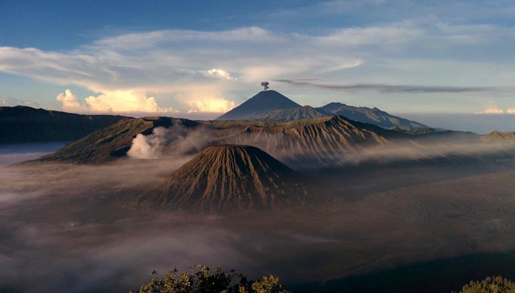 6h03 : le volcan Bromo fumant dans la brume (à gauche) et en toile de fond le volcan Semeru point culminant de l'île et bien actif!