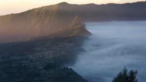 Le village de Cemoro Lawang, face au cratère Tengger, dans la brume.
