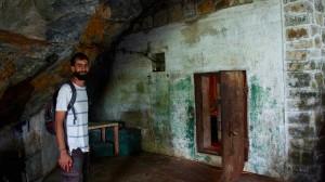 Entrée de la grotte, vers le bunker