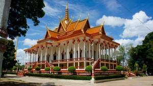Immense pagode dans un petit village