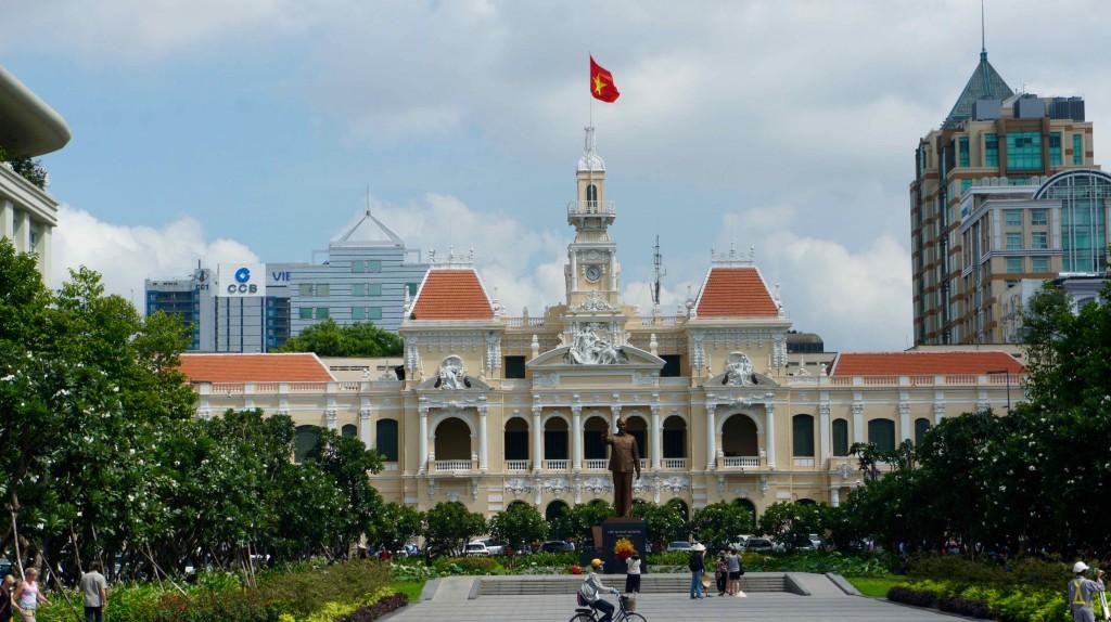 Hôtel de Ville avec statue d'Hô Chi Minh