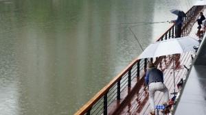 Pêcheurs en plein centre-ville de Chengdu, sur la rivière Jin