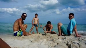 En plein travail sur le chateau de sable