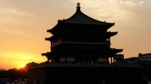 Coucher du soleil sur la tour de la cloche