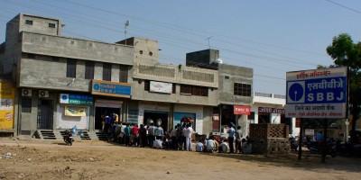 Dans les campagnes, queues aux banques