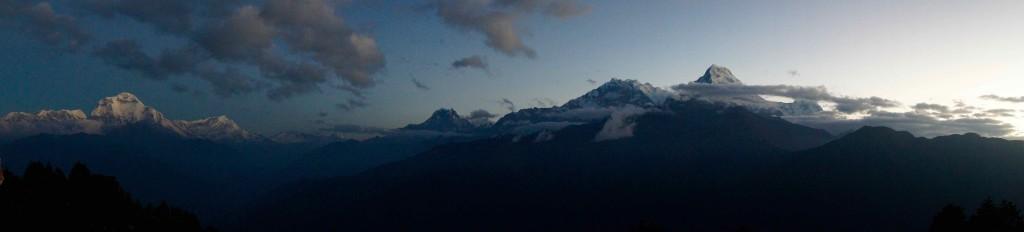 Avant le lever du soleil, on aperçoit déjà les sommets...