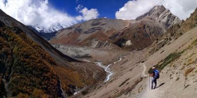 Vous voyez le trait vertical qui coupe la montagne au fond ? C'est le chemin pour aller au Tilicho Lake !