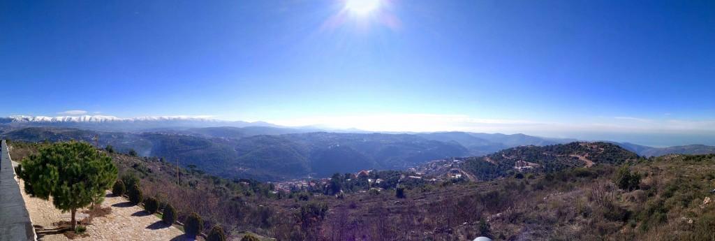 A gauche : le Mont Liban, à droite : la Méditerranée