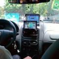 Le taxi suit le match Brésil – Argentine dans sa voiture !!!