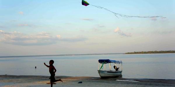 Enfant courant sur une petite plage en Amazonie