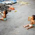 Jumeaux du camping qui mangent de la cajou
