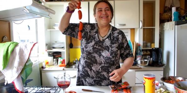 Cecilia qui prépare le barbecue du soir
