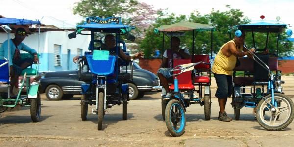 Vélo taxi attendant clients
