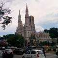 Une petite église au milieu des tours