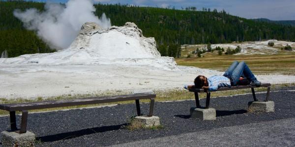 Sieste devant les geysers